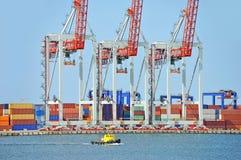 Grue de remorqueur et de cargaison de port Image libre de droits