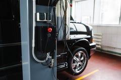 Grue de voiture à télécommande en plan rapproché de garage Photo libre de droits