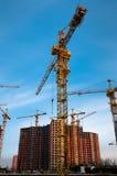 Grue devant la construction Photographie stock libre de droits