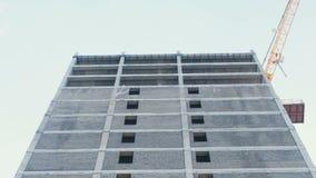 Grue en construction à plusiers étages de bâtiment et de construction Vue de plan rapproché clips vidéos