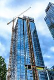 Grue et ascenseur sur la tour de nouvelle construction photo stock