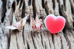 Grue et coeur de papier de couples d'origami Photographie stock libre de droits