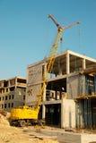 Grue et construction de construction. Photographie stock libre de droits