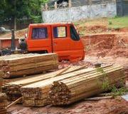 Grue et construction non finie photographie stock libre de droits