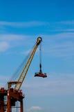 Grue et récipients de port maritime Images libres de droits