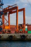 Grue et récipients de port maritime Photos libres de droits