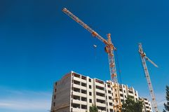 Grue et site de construction de bâtiments images stock