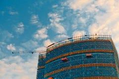 Grue et site de construction de bâtiments image libre de droits