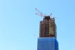 Grue et site en construction de construction Photos libres de droits