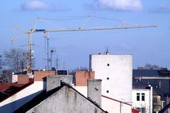 Grue et toits sur le ciel bleu Photos libres de droits