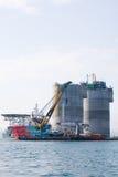 Grue et tractions subites de flottement de plateforme pétrolière photographie stock