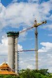 Grue et travailleurs au chantier de construction. Images libres de droits