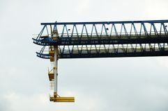 Grue ferroviaire accrochant dans le ciel image libre de droits