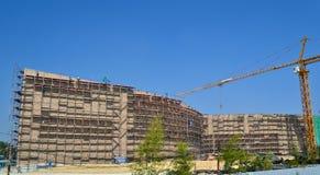 Grue fonctionnant dans le chantier de construction Photo libre de droits