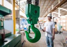 Grue industrielle avec l'entrepôt de valve Image libre de droits