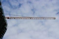 Grue industrielle en ciel photo stock