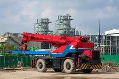Grue mobile contre la centrale électrique Photo stock