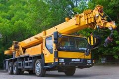 Grue mobile de grande puissance sur une route et une grue à tour dans le chantier de construction photos libres de droits