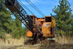 Grue orange et noire antique de rouillement abandonnée Photo libre de droits