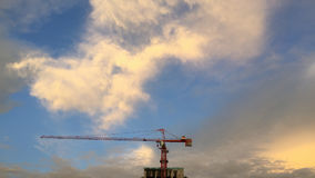 Grue orange sur le dessus du bâtiment en construction Image stock