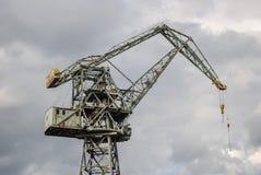 Grue rouillée de chantier naval Photographie stock libre de droits