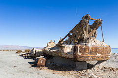 Grue rouillée en mer de Salton Images libres de droits