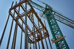 Grue sur le chantier de construction Photos stock