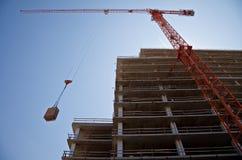 Grue sur un chantier de construction photographie stock libre de droits