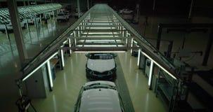 Grue tirée : Ligne d'inspection de véhicule dans l'usine de voiture banque de vidéos