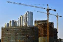 Grue à tour dans le chantier de construction, dans la construction de grands bâtiments Images stock