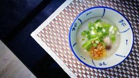 Gruel ρυζιού ή το βρασμένο ρύζι στο ύφος παράδοσης της Ταϊλάνδης στο υπόβαθρο χαλιών και έχει κάποιο διάστημα για γράφει τη διατύ Στοκ φωτογραφία με δικαίωμα ελεύθερης χρήσης