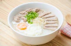 Gruel ρυζιού κουάκερ παραδοσιακού κινέζικου στο κύπελλο, congee Στοκ Φωτογραφίες