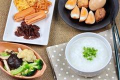 Gruel риса крупного плана с сосиской, зажаренными овощами и потушенным яичком Стоковое Изображение RF