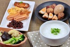 Gruel риса крупного плана с сосиской, зажаренными овощами и потушенным яичком Стоковые Фотографии RF