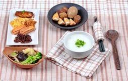 Gruel риса с сосиской, зажаренными овощами и потушенным вареным яйцом Стоковая Фотография