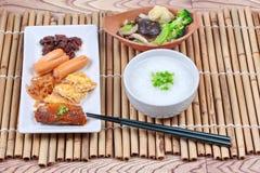 Gruel риса с сосиской, clams, редиской, омлетом и зажаренным овощем Стоковые Фото