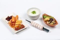 Gruel риса с сосиской, clams, редиской, омлетом и зажаренным овощем Стоковые Изображения RF
