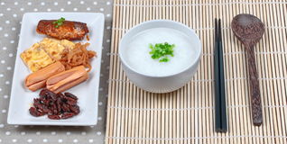 Gruel риса служил с сосиской, clams, редиской, омлетом и mackere стоковые фото