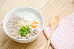 Gruel do arroz do papa de aveia do chinês tradicional na bacia, congee fotos de stock royalty free