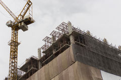 Grues à tour au chantier de construction Images stock