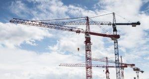 Grues à un chantier de construction Photo stock