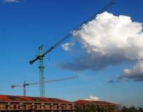 Grues au-dessus d'un chantier de construction Photo stock