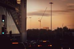Grues au-dessus de Sheffield City au coucher du soleil photographie stock