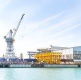 Grues au travail dans le chantier naval images stock