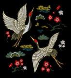 Grues blanches japonaises avec les fleurs rouges illustration de vecteur