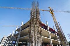 Grues construisant le site de construction Image stock