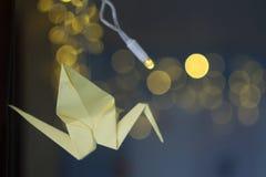 Grues décorées d'origami sur le fond de Noël Image stock