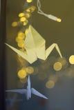 Grues décorées d'origami sur le fond de Noël Images libres de droits