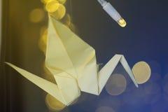 Grues décorées d'origami sur le fond de Noël Photographie stock libre de droits