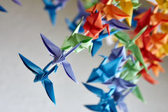 Grues d'origami ou oiseaux faits main colorés d'imagination Image stock
